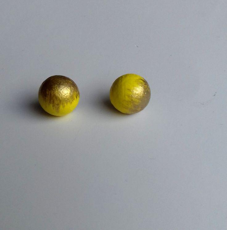 Pecičky+žluté+a+zlaté+Pecičky+jsou+vyrobeny+ze+dřeva,+jsou+malovány+akrylovou+žlutou+a+zlatou+barvou+a+přelakovány,+průměr+pecičky+12+mm.+Na+zadní+straně+puzetka+motýlek.