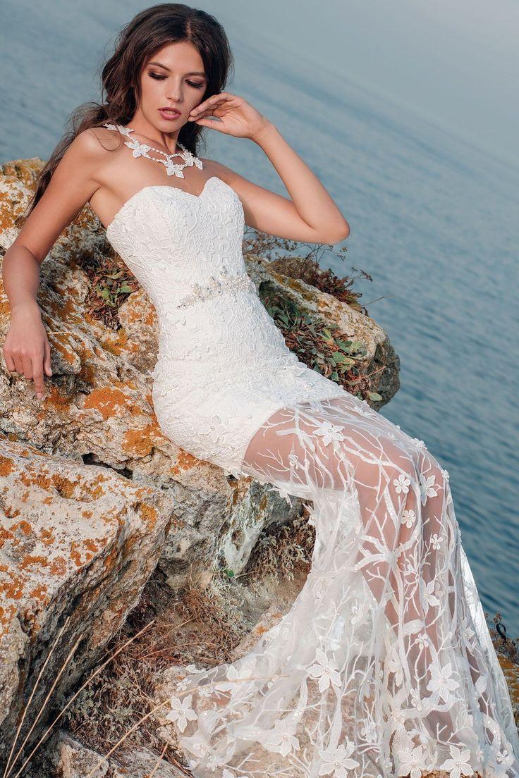 Nádherné priliehavé čipkované svadobné šaty bez ramienok