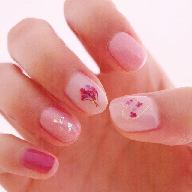 指先は春色にしてみた . #押し花ネイル #春ネイル #ピンク #ピンクネイル #セルフネイル #押し花 #flowerstagram #nails #ハリガネネイル #花 #pressedflowers #spring