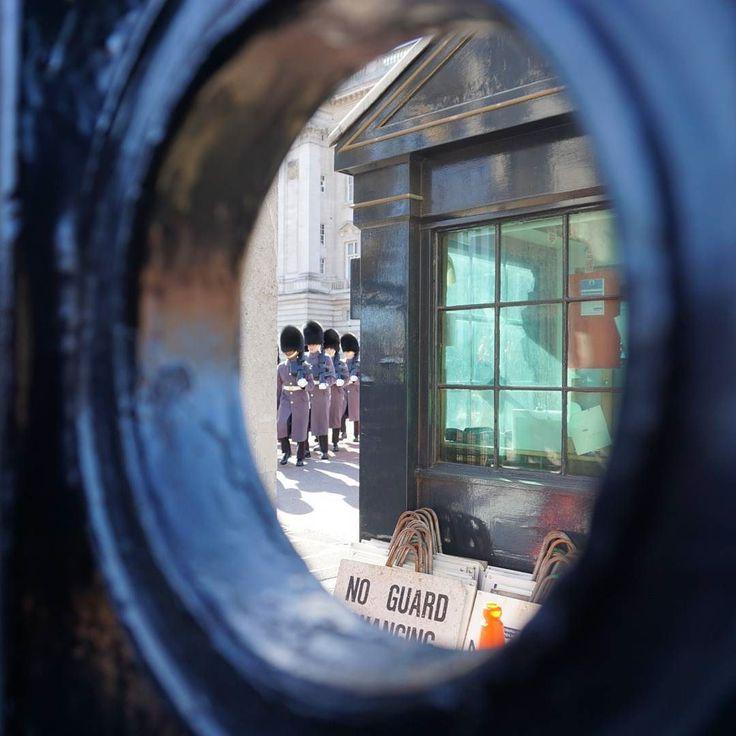 16.3.4 왜보는걸까? 음..영국에와서 버킹엄 궁전에 가서 교대식을 왜보는 걸까? 궁금해서 와보았다!! 음..첫번째로 느낀것 내가 생각했 던 빨간 옷을 입고 있지ㅜ않아 실망했다.  두번째 딱 사진 그대로 이렇게 보았다. 사람이 너무 많아서 ㅋㅋㅋㅋ ㅋㅋㅋㅋㅋㅋ넘 웃겨ㅋㅋㅋ그것도 카메라 줌땡겨야 더 잘보였다ㅋㅋㅋㅋㅋ뭘하는지도 알수없었다. 세번째 버킹엄 궁전을 진정으로 지키는 사람은 저 웃긴 모자를 쓴 군인이 아니라 앞에서 관광객에게 조심해라 여기 도둑이 있다 물건 챙겨라 천천히 걸어라 밀지 마라 라고 이야기하는 런던 경창들이었다.  P.s 런던 여자 경찰이 있었는데 너무너무 멋있었다. 그언니 사진만 5장 넘게 찍은거 같다. 여기 올리고 싶지만 초상권이 있으니..간직하는걸로 #영국 #런던 #유럽일주 #유럽 #버킹엄궁전 #여행 #세계여행 #우니스타그램 #여행스타그램 #europe #England #London #bukinghampalace #travel #travelalone…