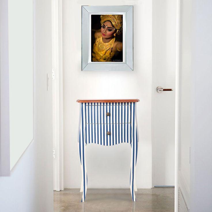 Pola bergaris biru dan putih adalah sebuah ciri khas yang khusus dari meja samping Marguerite ini. Seperti banyak produk W Home lainnya, sentra produksi furnitur di Jawa Tengah menghasilkan barang ini dengan hati-hati dan berpengalaman dalam kiln kayu mahoni kering. Pengaruh dari gaya Perancis dan eksplenasi yang dipadu padankan pada kurva sensual yang bisa kita lihat dengan jelas pada furniture ini, teknik finishing modern membuat barang kecil ini begitu menakjubkan. Belilah sepasang dan…