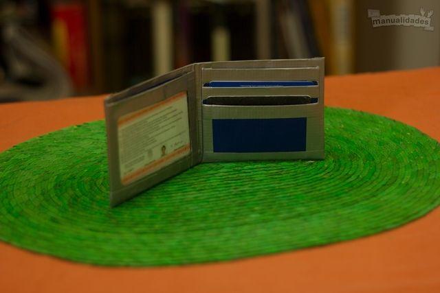 Cómo hacer una billetera. Necesitas: Cinta adhesiva transparente, Dos cintas de ducto de diferentes colores, Regla, Bolígrafo, Cúter fino y Tijera