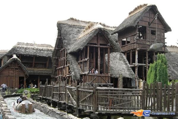 6/10 | Photo de l'attraction Menhir Express située au @ParcAsterix (France). Plus d'information sur notre site www.e-coasters.com !! Tous les meilleurs Parcs d'Attractions sur un seul site web !!