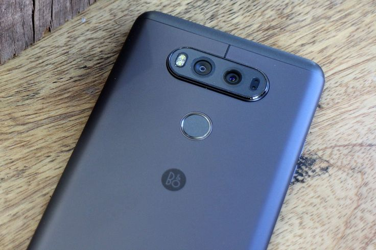 LG yeni çıkaracağı telefonun ,yani konuşulan ismiyle V30, 6 inçlik bir OLED panele sahip olacağını açıkladı. Telefon 31 Ağustos'ta çıkacak.