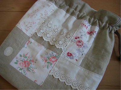 JUGEMテーマ:handmadeアンティーク素材で巾着袋を作りました。二つとも、それぞれの方のところへいき、気に入っていただきましたのでこちらでも少し紹介を。。。ひとつはマチ付きの巾着袋、青系ということで作りました。ご希望は大き目というこ