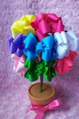cute way to display hair bows that are for sale. Could be a good idea for a baby shower, too.