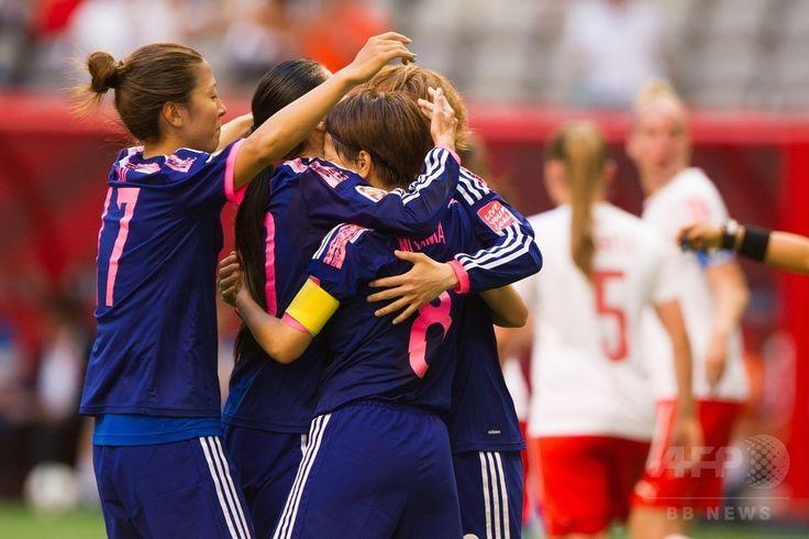 女子サッカーW杯カナダ大会・グループC、日本対スイス。大儀見優季(左)らにPKの成功を祝福される宮間あや(2015年6月8日撮影)。(c)AFP/Getty Images/Rich Lam ▼9Jun2015AFP|宮間のPKで日本がスイスに勝利、女子サッカーW杯 http://www.afpbb.com/articles/-/3051099 #2015_FIFA_Womens_World_Cup #Aya_Miyama #宮間あや #Yuki_Ogimi #大儀見優季