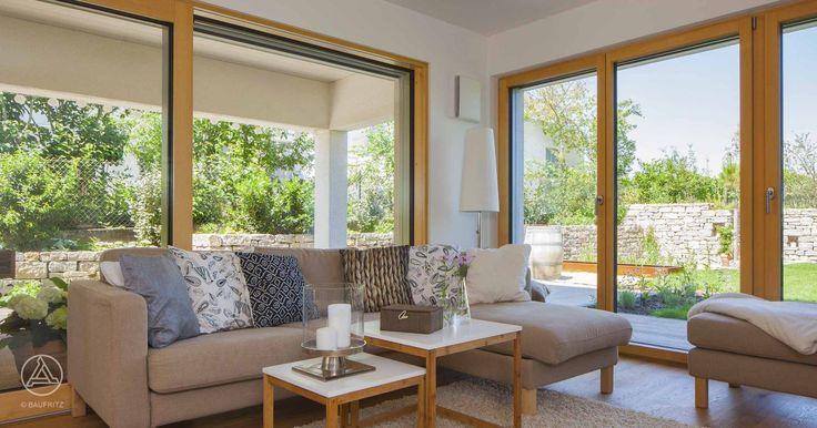 Bodentiefe Fenster sorgen für viel Licht im Raum – Baufritz Mehrfamilienhaus Weirich