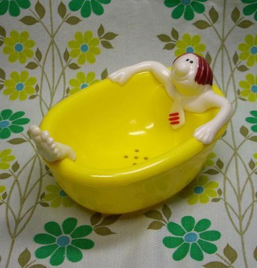 レトロ 石鹸置き。今もお風呂場に2つありますよ〜。ブルーのおっさんと、ピンクのセクシー女子バージョン。でも、買ったのはたぶん10年ほど前。☆Retro soap dish. We still use 'em in our bathroom; blue one for my hubby, and pink one with a girl bathing version for myself. :)