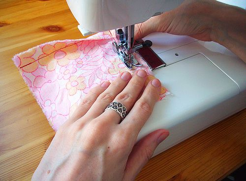 Making a perfect corner with no clipping required - awesome tutorial!Sewing Corner, Sewing Perfect, Perfect Corner, Clips Requirements, Interesting Tricks, Seam Allowance, Awesome Tutorials, Sewing Machine, Perfect Squares