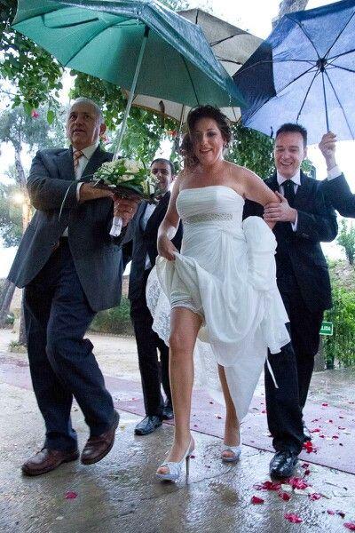 Boda Lluviosa, novia dichosa. Rain. Wedding. Happy