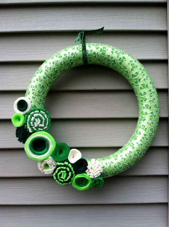 St Patricks Day Wreath  Green & White Shamrock by stringnthings, $42.00Decor Wreaths, Ribbons Wreaths, St Patricks Day, Wreaths Green, Patty'S Wreaths, Felt Flower, Shamrock Wreaths, Shamrock Ribbons, Wreaths Decor