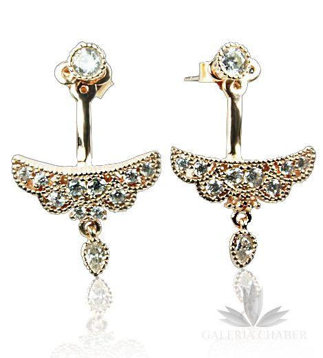 Kolczyki składające się z trzech elementów, części dużej ozdobnej, zapinanej za uchem, części z przodu - klasyczny kolczyk oraz zapięcia. Istnieje możliwość noszenia kolczyków w minimalistycznej wersji ozdobnej, bez dużego elementu. Całkowita długość wyrobu to około 2,0 cm. Wyrób wykonany ze srebra próby 925, w kolorze złotym, wysadzany cyrkoniami o szlifie brylantowym. Styl orientalny.