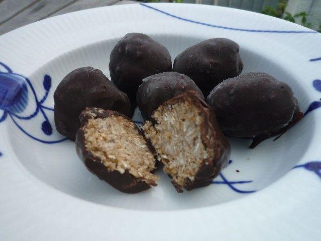 Banan-peanutbutter-kugler med havregryn og chokolade. Foto: Inge Hald