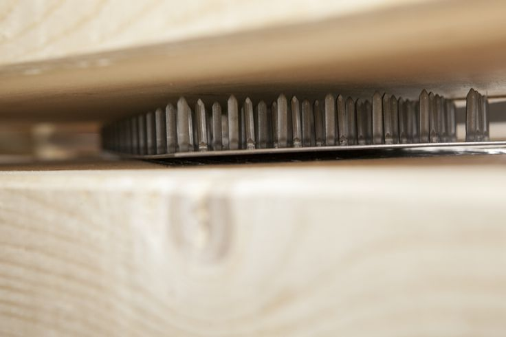 Haarscharfe Angelegenheit: Ing.-Holzbau SCHNOOR presst Nagelplatten mit über 70 Tonnen Druck in Konstruktionsvollholz. So entstehen starke Binderkonstruktionen mit hoher Tragkraft und optimaler Materialausnutzung.