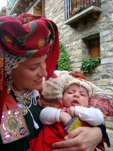 traje madre e hija  Valle de Ansó, Huesca, Aragón
