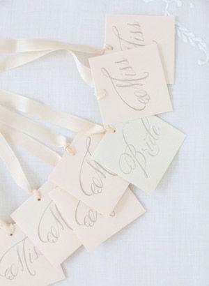 リボンの先にメッセージカードを付けるのも素敵♪ 披露宴、二次会、1.5次会で使えるブーケプルズのアイデアまとめ。
