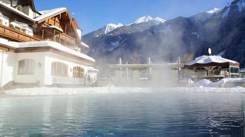 Edenlehen  Exclusief en nieuw in ons aanbod het heerlijke en sfeervolle hotel Edenlehen. Rustig gelegen op loopafstand van de Penkenbahn. Vanaf het hotel rijdt er elke morgen een transferbusje naar de skiliften. De reguliere skibus zet u 's middags voor het hotel weer af. Het zwembad gedeelte in hotel Edenlehen is er een met zowel een binnen- als buitenbad en een sauna. Vanuit het zwembad heeft u een prachtig uitzicht op de besneeuwde bergtoppen rondom Mayrhofen. Het personeel is…