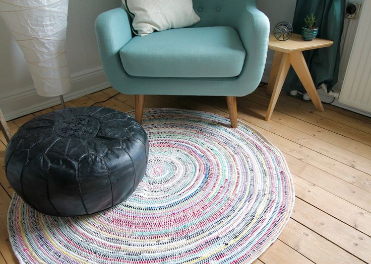 Make your own round rug of old T.shirts and recycled yarn. The colorful rug is crocheted and on the blog you'll find a guide on how to make it.
