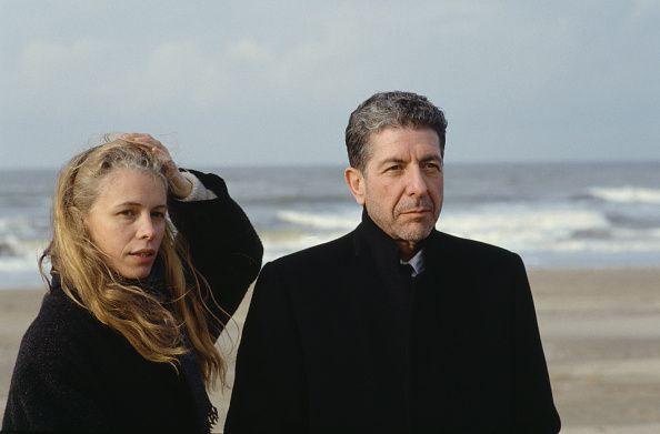 Franse fotograaf Dominique Issermann op het strand met de Canadese singersongwriter schrijver en dichter Leonard Cohen Tijdens het filmen van een muziek ...