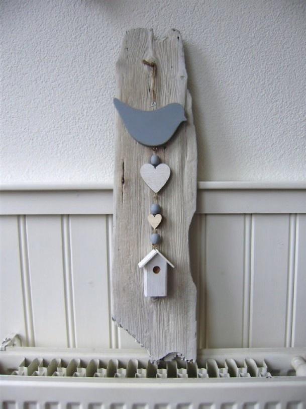 Stuk sloophout gevonden langs het strand, overige houten voorwerpen geschilderd.