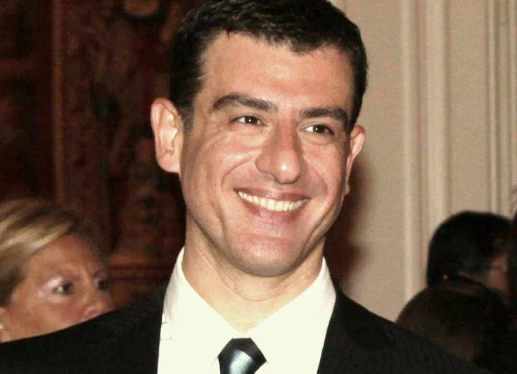 Αν πρέπει να μιλήσουμε με λίγα λόγια για εκείνον, είναι ο Έλληνας συγγραφέας, ραδιοφωνικός παραγωγός και δημοσιογράφος, που διαπρέπει στη Γαλλία και βραβεύεται γι' αυτό διεθνώς…
