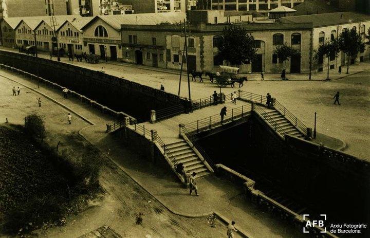 Antic Pont del Mico, al carrer Aragó amb Avinguda Roma i el carrer Casanovas. La fotografia és dels anys 30 del segle XX, quan les vies del tren encara no estaven cobertes.