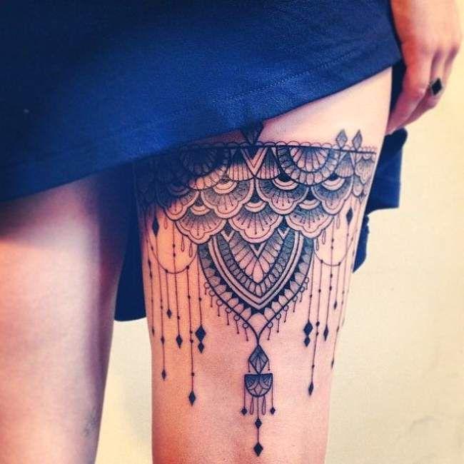 jolie tatouage femme cuisse d'une jarretière noir et gris
