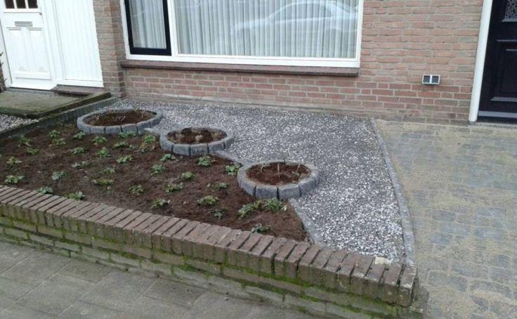 Steeds meer mensen worden zich er bewust van dat een betegelde tuin meer nadelen dan voordelen heeft. Tom maakte voor een verharde voortuin een nieuwe schets. De hovenier ging ermee aan de slag, en binnen een dag was het groen in plaats van grijs. Door het gebruik van sterke planten en een bodembedekker ontstaat er … Lees verder Van betegelde voortuin naar groen tapijt