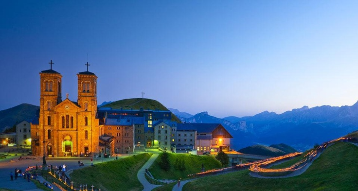 Fête de l'Assomption devant le sanctuaire de Notre-Dame de la Salette, La Salette-Fallavaux en Isère