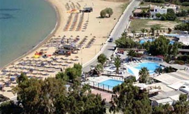 Camping Far Out ligt op het Cycladische eiland IOS, door een weg van het schitterende strand, Mylopotas Beach, gescheiden. Er zijn diverse zwembaden, een restaurant, een bar en beachbar en er zijn diverse soorten accommodaties te huur.