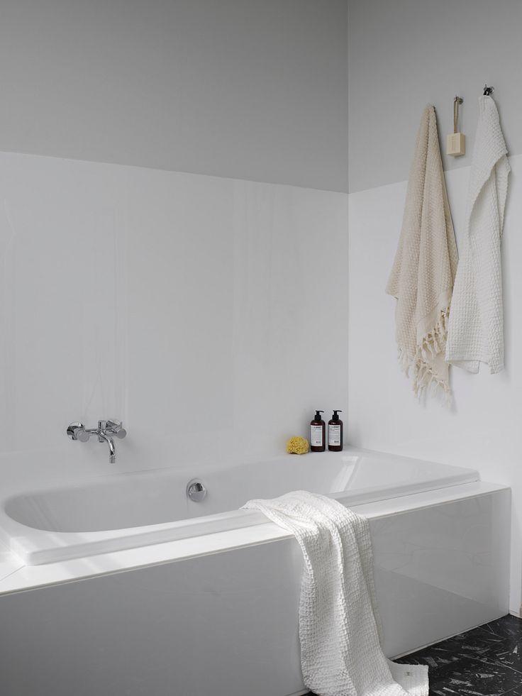Tekstiler har sin naturlige plass på badet, og også her er det fint å kombinere ulike teksturer og nyanser: Kremhvitt Fringle Dot håndkle med frynser, og hvitt Organic håndkle medvaffel- eller kreppstruktur. Såpe fra L:A Bruket gjør seg fint på badekaret. Foto: Birgit Fauske