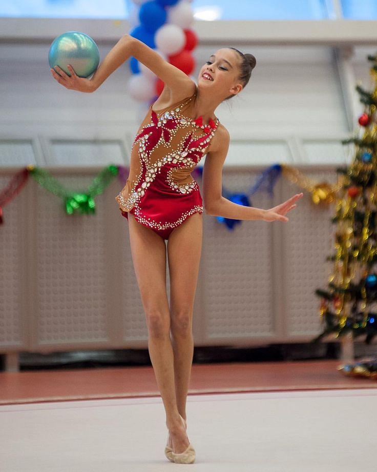 25 отметок «Нравится», 1 комментариев — Yuliya Erm (@rg_kupiki_yuli) в Instagram: «Укрощение строптивого (мяча) #Виталия #старшенькая #rg_kupiki_yuli #yuliyaconfetti #купальникдляхг…»