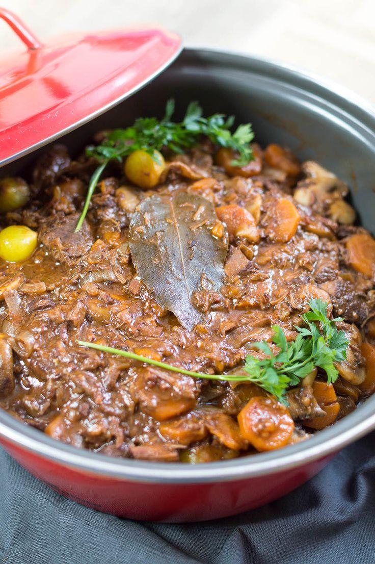 Recept voor de franse klassieker boeuf bourguignon. Dit gerecht met mals stoofvlees en rode wijn is perfect voor kerst en is helemaal van tevoren te maken.