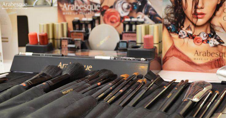 Die handliche, schwarze Profi-Pinseltasche ist ideal für die hygienische Aufbewahrung von 12 Profi-Pinseln, sowie für den professionellen Einsatz unterwegs geeignet! #arabesque #makeup #foundation #mascara #lilpstick #lipgloss #nailpolish #eye #nails #modelling