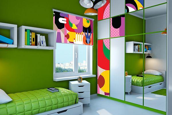 abstrakcyjne okleiny meblowe i rolety w pokoju młodzieżowym