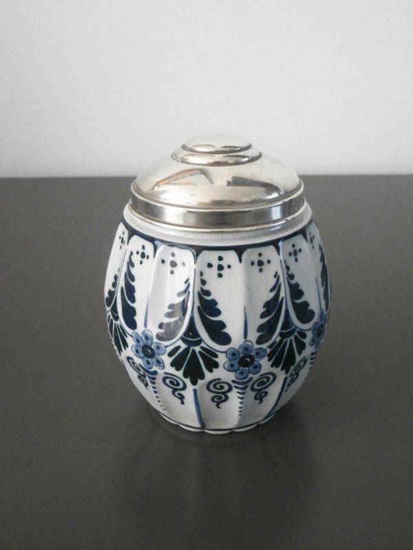 Fraai theebusje met gemerkt zilveren deksel