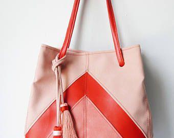 Cartera Roja tipo bucket. Cartera tipo saco roja. Cartera Roja con rosado. Envio Gratis dentro de EEUU