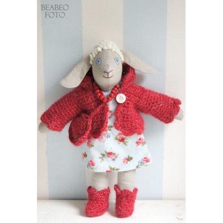 Ovečka Bea v červeném svetříku.