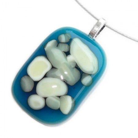 Donkerblauwe glas hanger met ivoor-witte en grijze accenten in het glas.