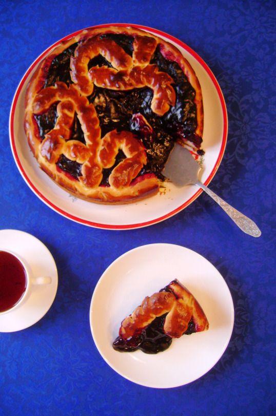 Красивый, праздничный пирог из сдобного дрожжевого теста с жимолостью, смородиной, клюквой и любой другой ягодой. #рецепт