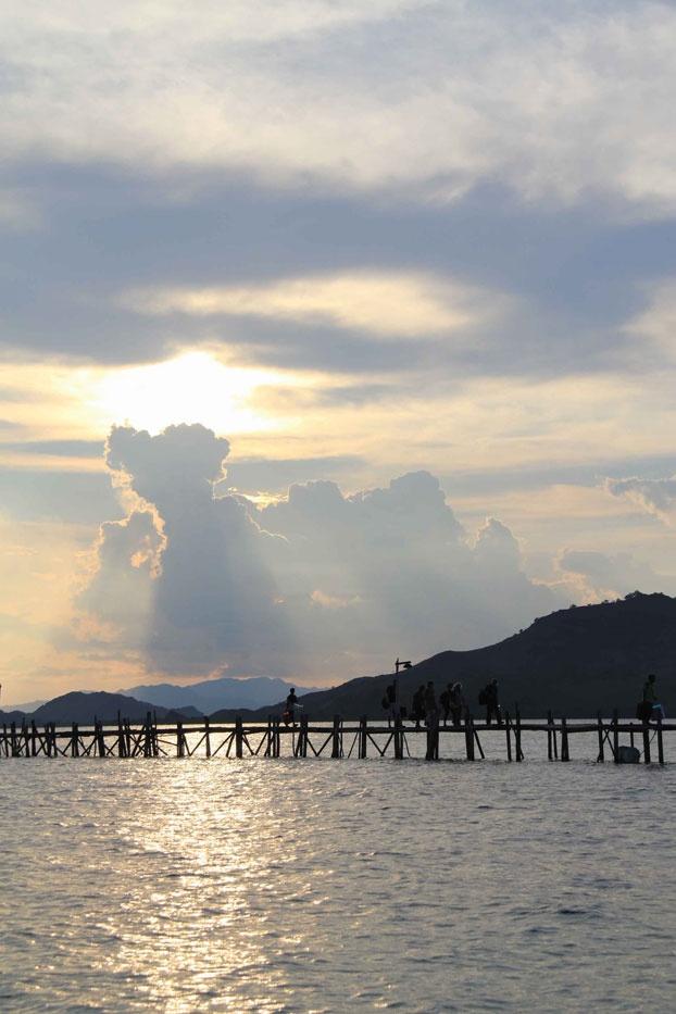 An Italian family just arrived in Kanawa Island, a few kilometers from Komodo Island. Kanawa Beach offers a fantastic getaway, one of the hundreds of getaways in Indonesia.