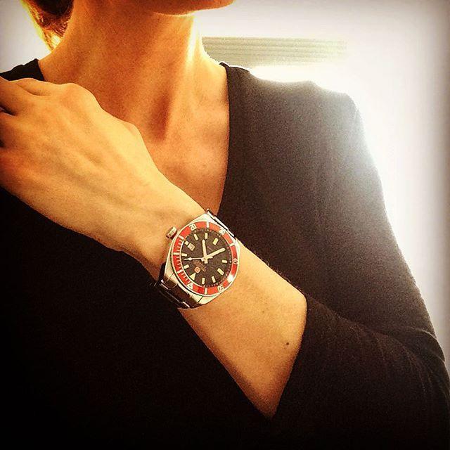 Przełam dress-code czerwienią. #SwissMilitaryHanowa #HanowaWatch #officeLook #red #stylizacja #watch #zegarek #zegarki #butikiswiss #butiki #swiss #dlaniej