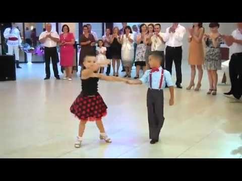 На Молдавской Свадьбе , дети танцуют.