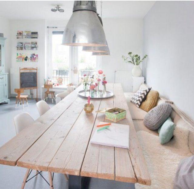 Hay un mueble en decoración que se adapta a la perfección en muchas de las estancias, éste es el banco. Personalmente, me encanta como queda en una mesa de comedor, apoyado contra la pared y compar...
