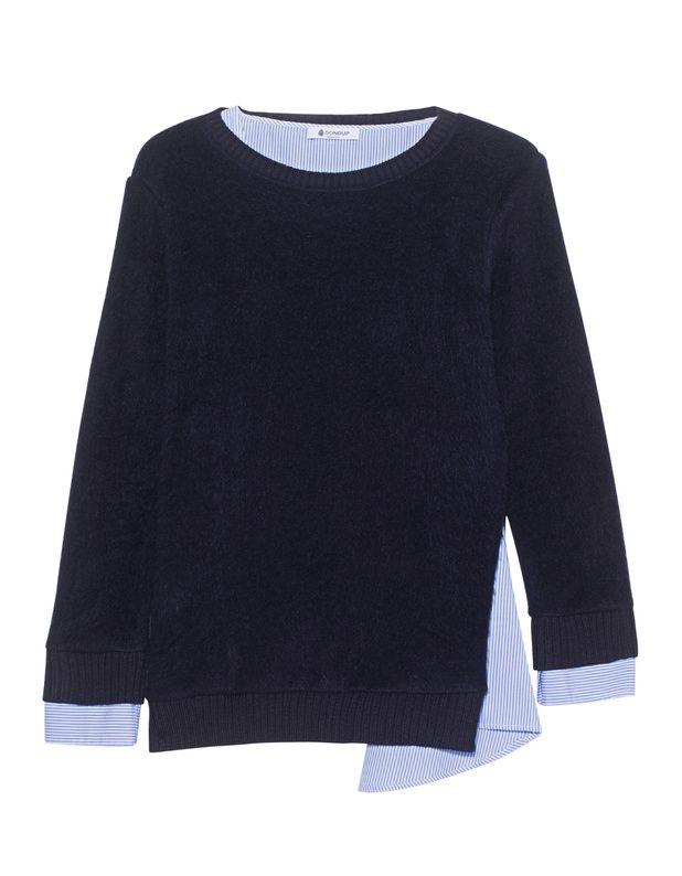Woll-Mix-Pullover mit Hemd Der gerade geschnittene dunkelblaue Strickpullover ist aus einem feinen Woll-Gemisch gefertigt und kommt mit einem hellblau gestreiften Hemd im asymmetrischen doppellagigen Design.  Extravagante Eleganz!