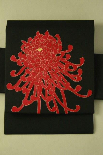 Black shioze, red nagoya obi / 黒塩瀬地 燃えるような赤の菊花柄 お太鼓柄名古屋帯 #Kimono #Japan http://global.rakuten.com/en/store/aiyama/