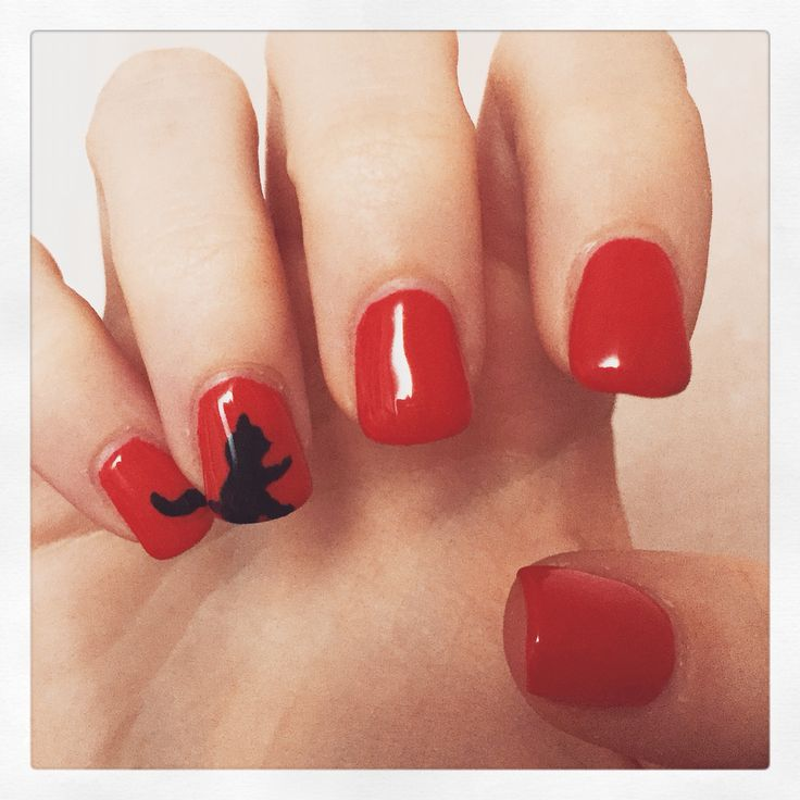 Here again with another nail art from my personal nail artist. I wanted to change a bit again so here it is. I chose a red nail polish because it's a color I didn't use so much before - except for New Years Eve - and a little cat on the ring finger because my boyfriend is totally in love with cats! Hope you like it!