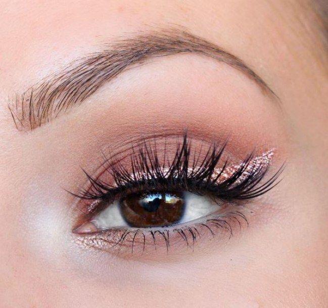 Faux cils posés un à un et trait rose gold façon eye-liner, pour un regard illuminé