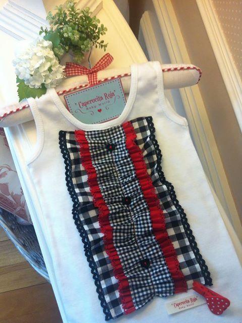 Camiseta blanca de sisas; en la pechera juego de volantes con tela de algodón en vichy de varios tamaños.. rojo y negro. Y por encima, ...